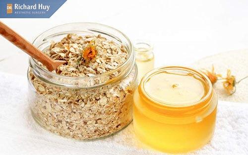 Kết hợp mật ong nguyên chất và yến mạch để tái tạo lại da mặt mỏng và đỏ