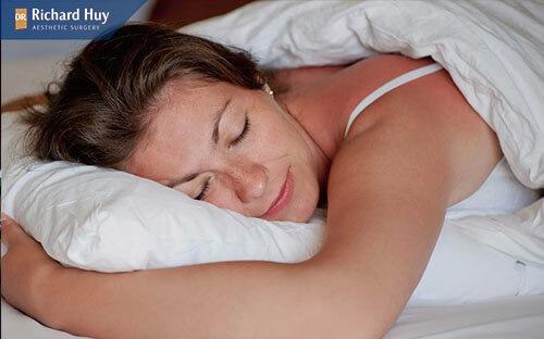 Nếp nhăn miệng có thể hình thành do thói quen khi ngủ nằm nghiêng, nằm sấp