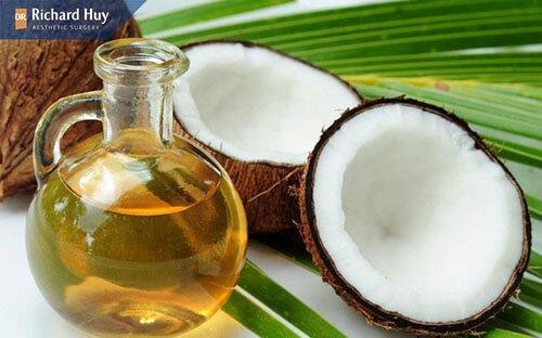 Dầu dừa là thực phẩm vàng cung cấp độ ẩm cho da và ngăn chặn lão hóa khóe mắ