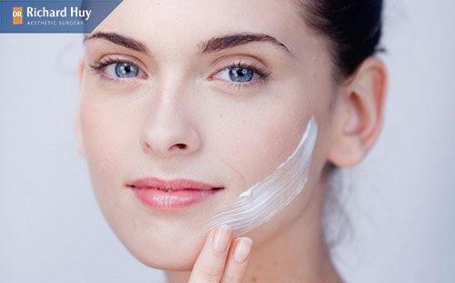 Dùng các loại mỹ phẩm giúp dưỡng da