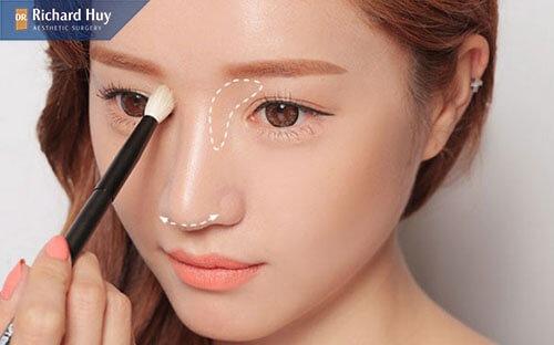 Trang điểm để thu nhỏ đầu mũi