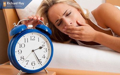 Hay ngủ muộn cũng khiến nếp nhăn khóe mắt hình thành