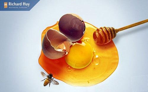 Dùng mật ong và trứng gà nguyên chất để trẻ hóa làn da