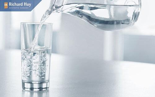 Uống đầy đủ lượng nước mỗi ngày